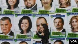 Poster-poster kempanye pemilu di Bosnia.