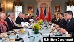 美國國務卿蒂勒森和國防部長馬蒂斯與中國國務委員楊潔篪和中共中央軍委聯合參謀部參謀長房峰輝在美國國務院進行會談(2017年6月21日,美國國務院圖片)