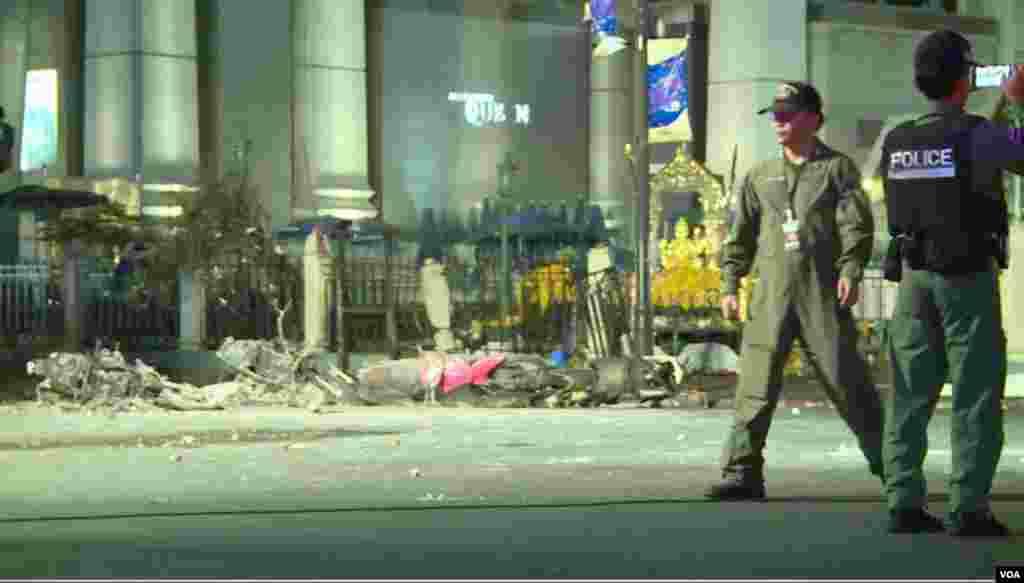 پولیس اہلکار جائے دھماکے کا معائنہ کر رہے ہیں۔
