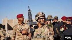 2016年11月3日,伊拉克政府军将领在警卫守护下聚集在摩苏尔城边的戈亚里,举行宣布胜利的记者会。(美国之音德特默拍摄)