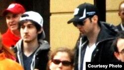 미국 보스턴 테러 직전 현장 부군에서 사진에 찍힌 테러 용의자 조하르 차르나예프(왼쪽)와 타메를란 차르나예프 형제.