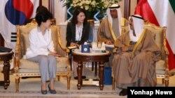중동 4개국을 순방중인 박근혜 한국 대통령이 2일 쿠웨이트 바얀궁에서 셰이크 알-아흐마드 알-자베르 알-사바 쿠웨이트 국왕과 정상회담을 하고 있다.
