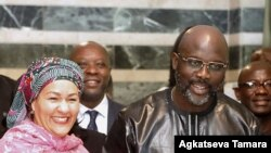Icegera c'umunyamabanga mukuru wa ONU, Amina J Mohammed, ibubamfu, aramukanije na perezida wa Liberiya George Weah i Monrovia, itariki 22/03/2018.
