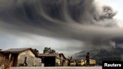 Dân làng Sibintun nhìn núi lửa Sinabung phun tro bụi lên không trung, ngày 18/11/2013.