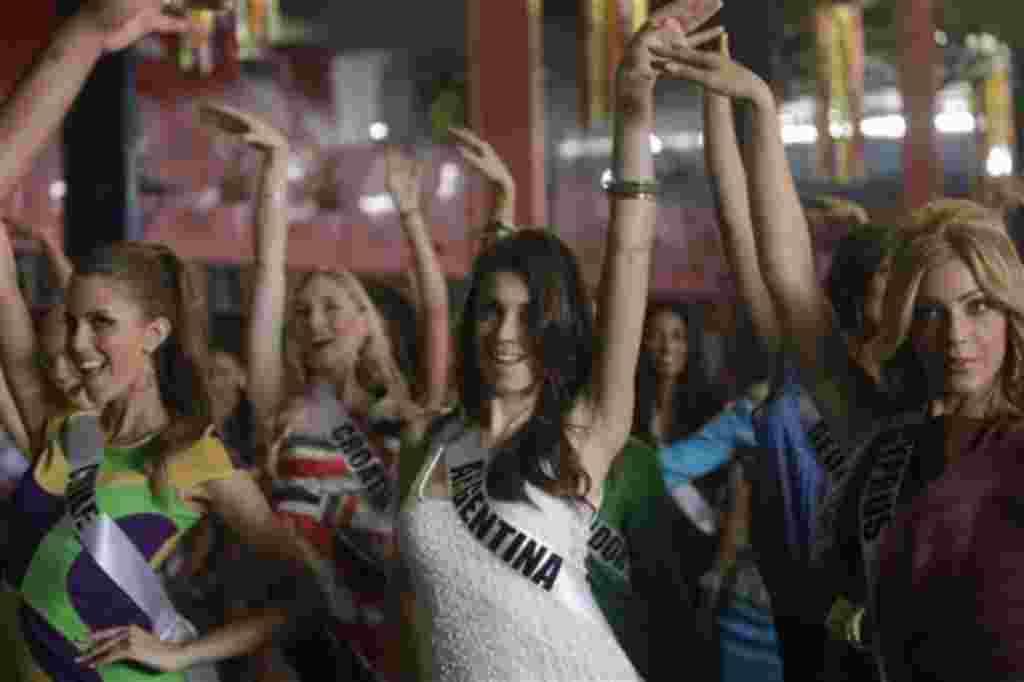 En el certamen de belleza, la señorita de Argentina, Natalia Rodríguez, de Chile, Vanessa Ceruti y de Ciprés, Andriani Karantoni bailan samba en una escuela de Sao Pablo.