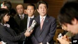 Синдзо Абэ (в центре)