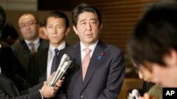PM Jepang Shinzo Abe memberikan penjelasan mengenai upaya pembebasan 2 warga Jepang kepada media di Tokyo, Rabu (21/1).