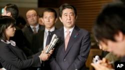 日本首相安倍晋三在东京的首相官邸对记者讲话。(2015年1月21日)
