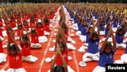 世界瑜伽日前,印度學生練習瑜伽