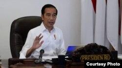 Presiden Jokowi menandatangani Perpres untuk membentuk Komite Penanganan Covid-19 dan Pemulihan Ekonomi Nasional. (Foto Courtesy: Setpres RI/ dok)