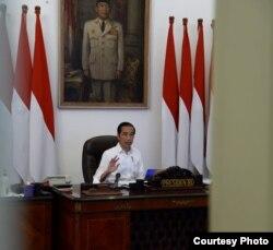 Presiden Jokowi ketika menandatangani Keppres yang menyatakan pandemi virus corona sebagai bencana nasional Senin sore, 13 April 2020. ( Courtesy : Septpres RI.)