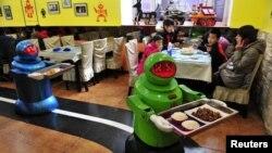 中國黑龍江省哈爾濱市一家餐廳以機器人上菜,這家在2012 年6月開業的餐廳,共有20個機器人為顧客服務