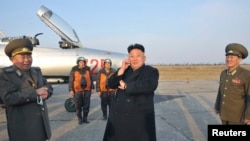북한 김정은 국방위원회 제1위원장이 최근 조선인민군 항공 및 반항공군 제188군부대의 비행 훈련을 지도했다고 17일 북한 관영 조선중앙통신이 보도했다.