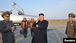 북한 김정은 국방위원회 제1위원장이 최근 조선인민군 항공 및 반항공군 제188군부대의 비행 훈련을 지도했다고 지난 3월 북한 관영 조선중앙통신이 보도했다. (자료사진)