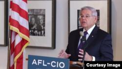 Senator iz Nju Džersija Bob Menendez traži od Bele kuće dokumentaciju o otpuštanju kontrolora Stejt departmenta.