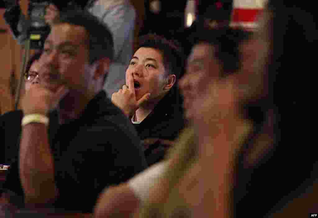 Các fan của Jeremy Lin đang theo dõi trận đấu giữa đội của anh và Sacramento Kings tại một quán bar thể thao ở Đài Bắc, Đài Loan hôm 16/2/12 (AP)