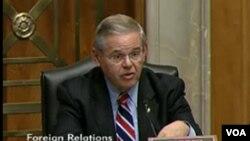 """Tan pronto se realizaron las primeras redadas, el senador Bob Menéndez se pronunció en contra y las catalogó de """"tácticas crueles que enfrentan madres y niños indocumentados""""."""