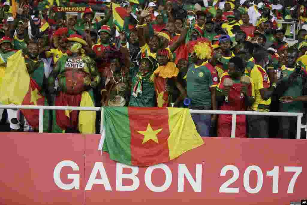 Les fans du Cameroun chantent, lors d'un match entre le Cameroun et le Gabon au Stade de l'Amitie à Libreville, au Gabon, le 22 janvier 2017.