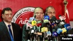 Essam el-Erian (tengah), wakil ketua partai Ikhwanul Muslimin dalam konferensi pers di Kairo (25/5). Partai Ikhwanul Muslimin mengundang 10 kandidat capres yang kalah dalam pemilu putaran pertama untuk memberi dukungan kepada Mohammed Morsi.