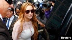 Lohan violó su libertad condicional cuando chocó su auto contra un camión de basura. La policía afirma que mintió sobre quién iba al volante.