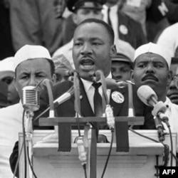 """1963 yil, 28 avgust, Martin Lyuter King Vashingtonda minglab namoyishchilar oldida """"Bir orzum bor"""" nutqini so'zlamoqda"""