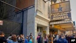 在百老汇排队等着观看《汉密尔顿》的人。(2016年11月19日)