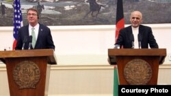 Menhan AS, Ash Carter (kiri) melakukan konferensi pers bersama Presiden Afghanistan, Ashraf Ghani di Kabul Selasa (12/7).