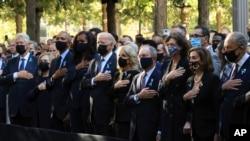 S lijeva, Bill i Hillary Clinton, Barack i Michelle Obama, Joe i Jill Biden, Michael Bloomber i partnerica Diana Taylor, Nancy Pelosi, te Chuck Schumer tokom obilježavanja 11. septembra u Nacionalnom memorijalnom muzeju u New Yorku.