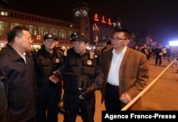 傅政华(右二)在北京火车站讲话。(2014年5月6日)