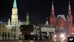 Peluncur rudal atau misil Rusia, Iskander, dibawa dalam latihan pawai militer di Moskow. (Foto: Dok)