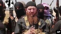 IŞİD savaşçıları arasında Çeçen milisler de var. Bunlardan biri de geçtiğimiz günlerde örgütün Irak ve Suriye arasındaki bir sınır kasabasını ele geçirmesinin ardından fotoğraflanan Ömer el Şişhani.