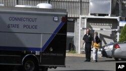 Mobil polisi negara bagian Connecticut di sekitar kompleks medis Yale, New Haven. (Foto: dok).