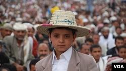 Seorang anak laki-laki ikut berpartisipasi dalam demonstrasi anti-pemerintah di ibukota Sana'a (29/7).