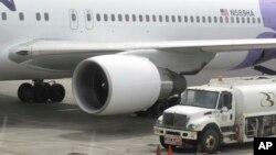 미국의 15살 소년이 바퀴에 숨어서 5시간이나 비행한 하와이안 항공 소속 여객기가 21일 미국 산호세 공항에 착륙해있다.