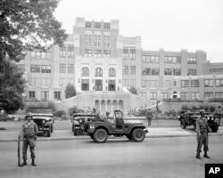 لٹل راک سینٹرل ہائی اسکول کے باہر 24 ستمبر 1957 کو فوج تعینات ہے۔ فائل فوٹو