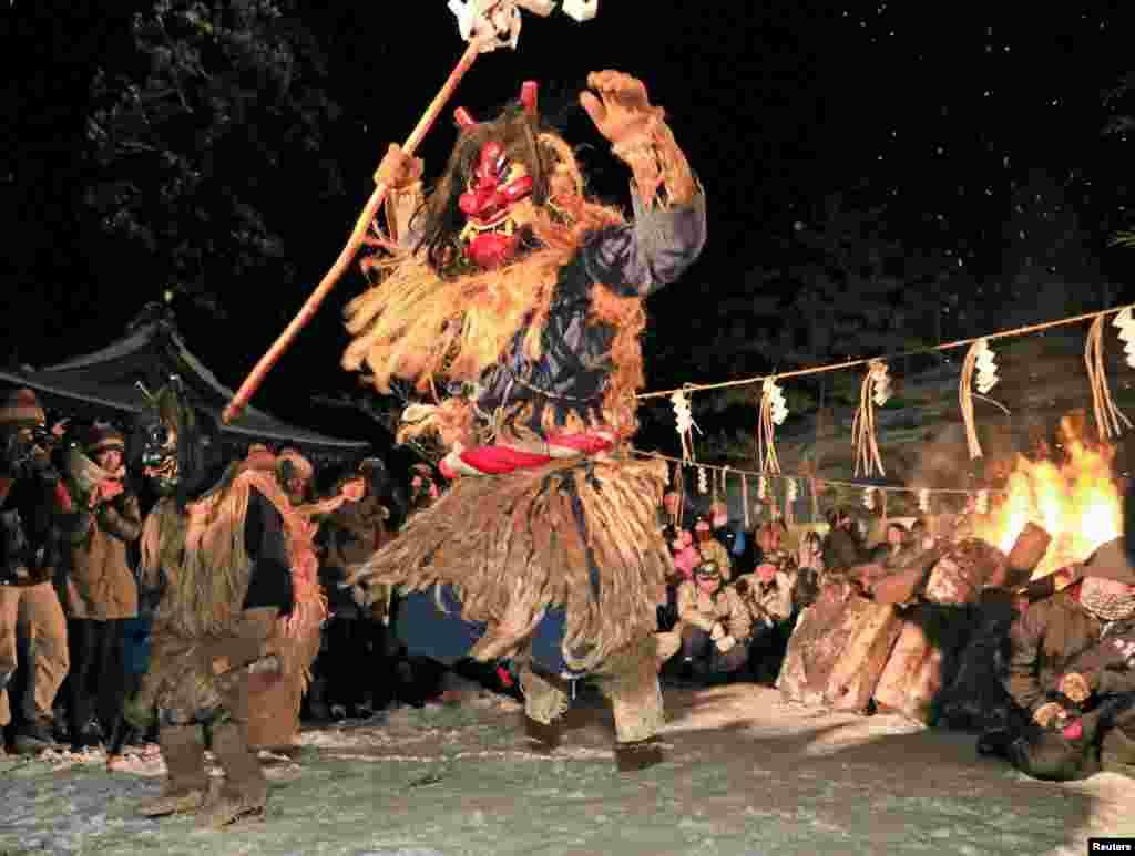 """گوشه هایی از یک رقص سنتی در جشنواره """"ناماهاگه سیدو"""" در جاپان"""