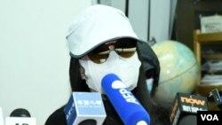 被控偷越邊境的李子賢媽媽李太太表示,兒子的控罪最高刑罰監禁一年, 希望法庭判刑愈輕愈好,讓兒子可以在一個多月後的農曆新年前返回香港。(美國之音湯惠芸)