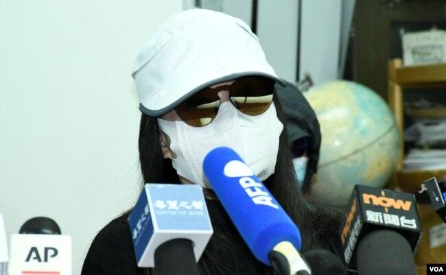 被控偷越边境的李子贤妈妈李太太表示,儿子的控罪最高刑罚监禁一年, 希望法庭判刑愈轻愈好,让儿子可以在一个多月后的农历新年前返回香港 (美国之音/汤惠芸)