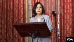 Presiden Taiwan Tsai Ing-wen berbicara kepada media di Taipei (20/8).