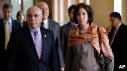 美国助理国务卿雅各布森(右)率领代表团前往古巴