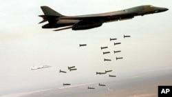 د اکتوبر اتمه، امریکایي بي١بي لانسر او بي٥٢ الوتکې د طالبانو جنگي مرکزونه بمباروي. تصویر/پنټاگان