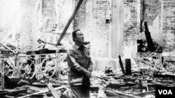 TT Nguyễn Văn Thiệu đang quỳ gối cầu nguyện trong Nhà thờ La Vang đổ nát 20.09.1972 sau khi quân lực VNCH tái chiếm Cổ Thành Quảng Trị. [nguồn: tư liệu LM Nguyên Thanh]