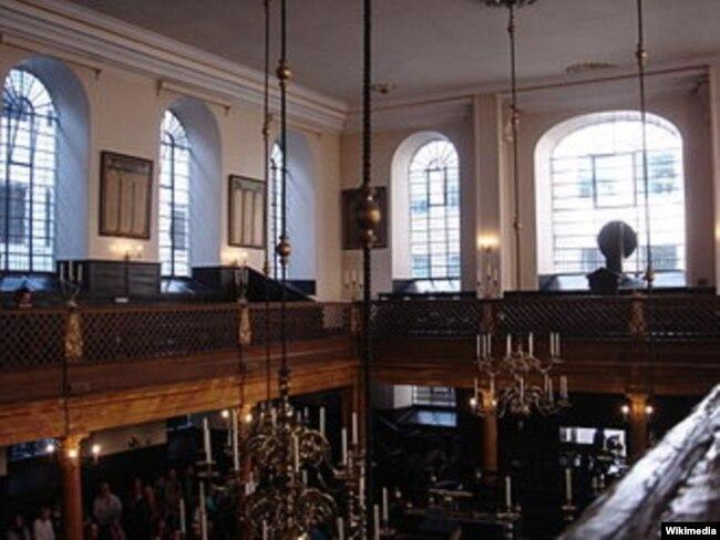 Interior Bevis Marks Synagoge, London. (Edwardx/Wikimedia)