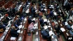 2013年11月30日,埃及修憲委員會成員閱讀憲法草案。
