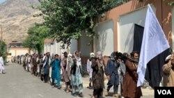 افغان چارواکي وایي تېره ورځ هم ۴۵ داعشیان او د کورنۍ غړي یې افغان ځواکونو ته تسلیم شول