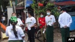 ျပည္ေထာင္စုႀကံ့ခိုင္ေရးႏွင့္ဖြံ႔ၿဖိဳးေရးပါတီ (USDP) နဲ႔ အမ်ဳိးသားဒီမိုကေရစီအဖြဲ႔ခ်ဳပ္ (NLD) ပါတီ တို႔ကို ေထာက္ခံသူ တခ်ိဳ႕ကို ရန္ကုန္ၿမိဳ႕မွာ ေတြ႔ရ။ (စက္တင္ဘာ ၀၉၊ ၂၀၂၀)