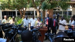 제임스 이가 남수단 부통령(가운데)이 28일 말라칼시 재탈환을 선언하고 있다.