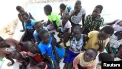 Abana b'impfuvyi bavuye muri Sudani y'epfo bakoraniye kw'ikambi ya Palorinya muri distrikte ya Moyo mu buraruko bwa Uganda. Itariki 28/10/2017.