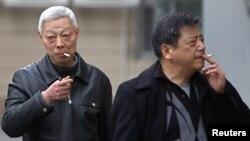Những người Trung Quốc hút thuốc ngoài đường phố thành phố Thượng Hải. WHO ước tính rằng mỗi năm có 6 triệu người trên thế giới thiệt mạng vì những chứng bệnh liên quan tới thuốc lá và trong số này có hơn 1 triệu người ở Trung Quốc