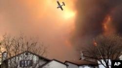 Các loại máy bay chữa cháy được điều động đến để đối phó với vụ cháy rừng.